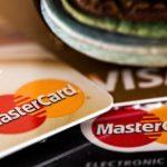 Штрафы за навязанные услуги могут сократить выдачу банковских карт в России