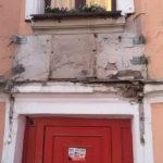 Жители Центрального района призывают бизнесменов заделывать за собой дырки на фасадах